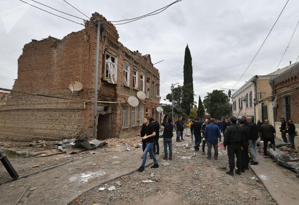 炮击后的阿塞拜疆甘贾市居民。