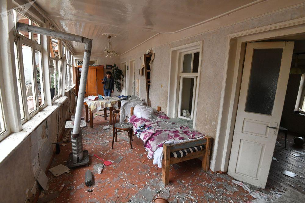 阿塞拜疆甘贾市房屋遭炮击毁坏的居民。