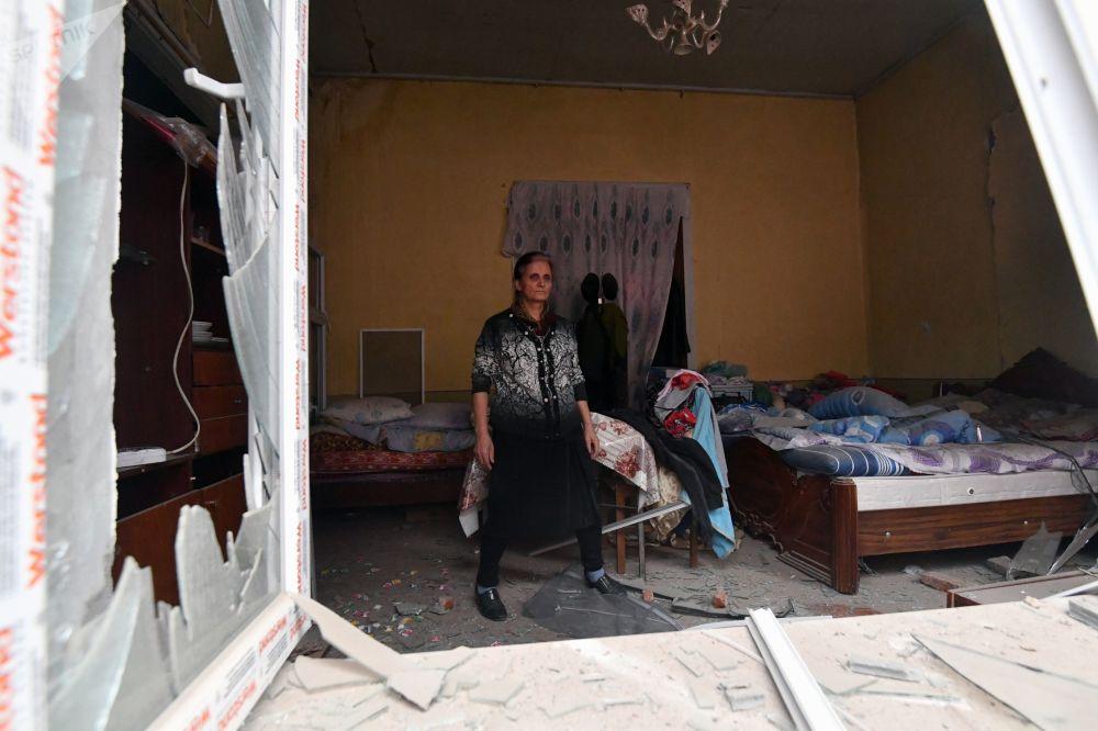 阿塞拜疆甘贾市房屋遭炮击毁坏的女居民。