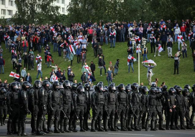 白俄罗斯内务部逮捕超300名抗议者