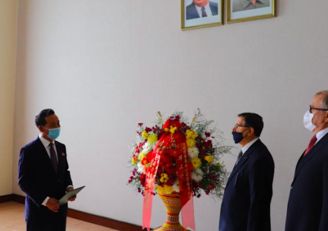 俄驻朝鲜大使就朝鲜劳动党成立75周年向金正恩转交鲜花