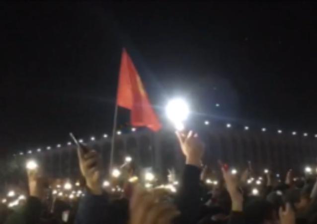比什凯克爆发抗议活动 反对会议选举结果