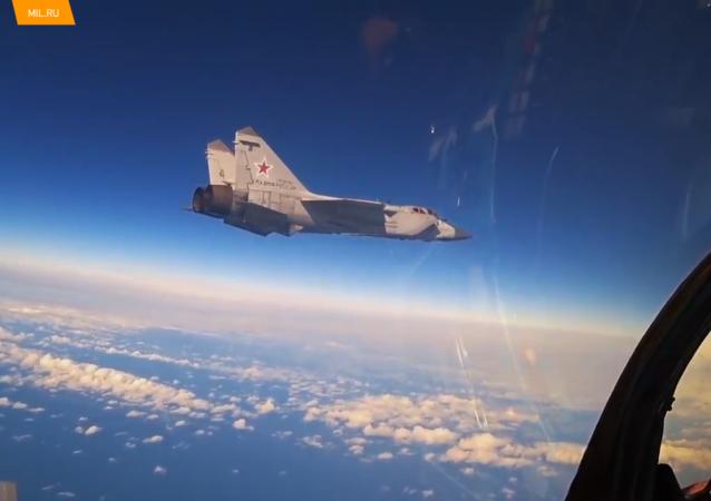 俄太平洋舰队米格-31战机在平流层演练空战