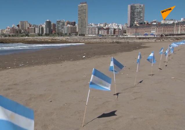阿根廷海滩出现数百面旗帜以悼念新冠病毒受害者