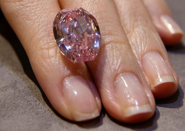 俄钻石巨头11月将拍卖最稀有的紫粉色钻石