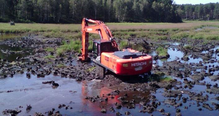 挖掘机加深湖底、清淤