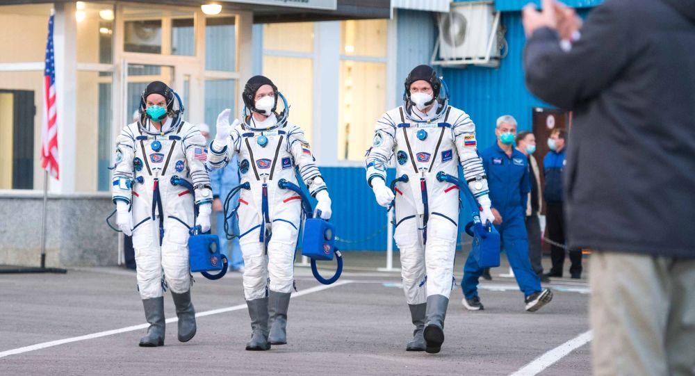 """国际空间站宇航员乘坐的""""联盟MS-17""""飞船顺利在哈萨克斯坦着陆"""