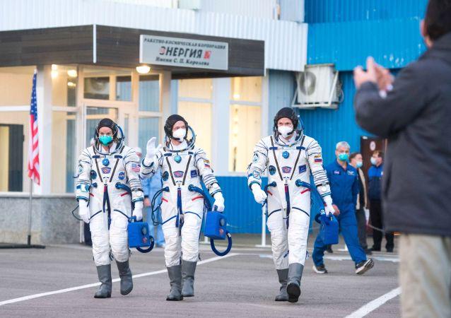美国宇航员凯特琳∙鲁宾斯和俄罗斯宇航员谢尔盖∙雷日科夫、谢尔盖•库德-斯维契科夫