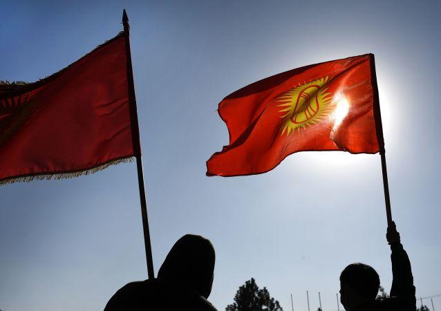 媒体:吉尔吉斯斯坦总理支持者在总统辞职后要求解散议会