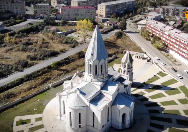 鸟瞰纳卡地区圣救主基督大教堂遭炮击的后果