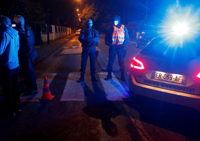 法国巴黎郊区教师被杀案中的7名嫌犯将出庭