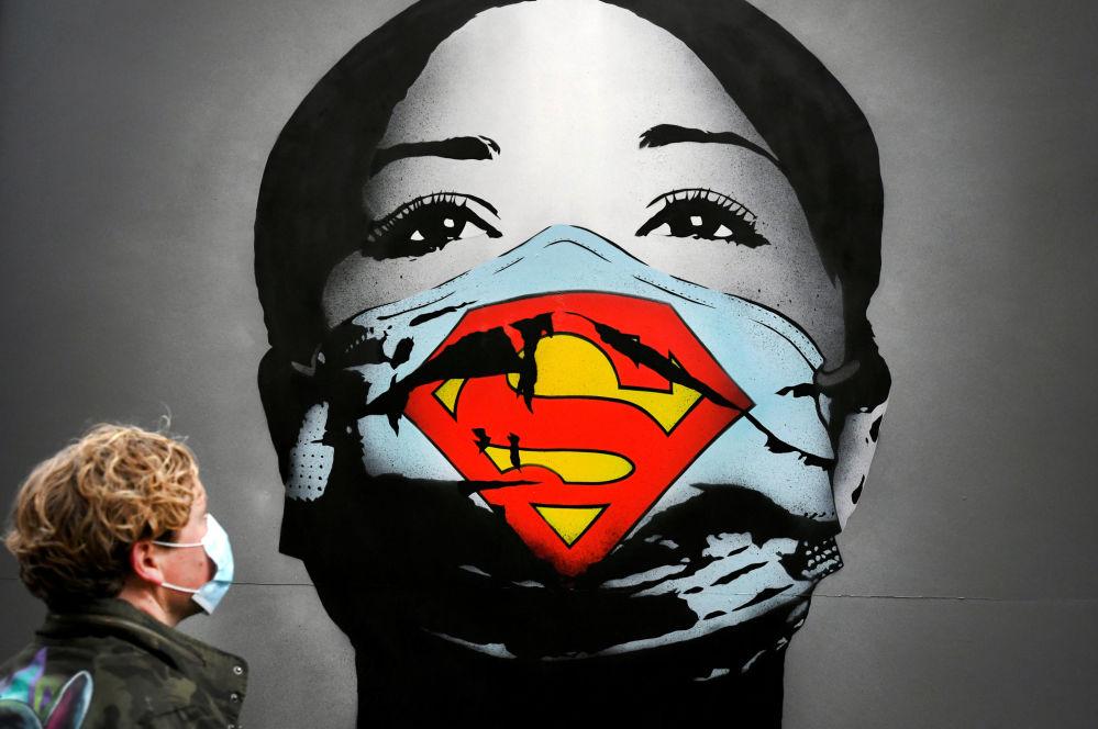 阿姆斯特丹一副女孩带着超人口罩的涂鸦