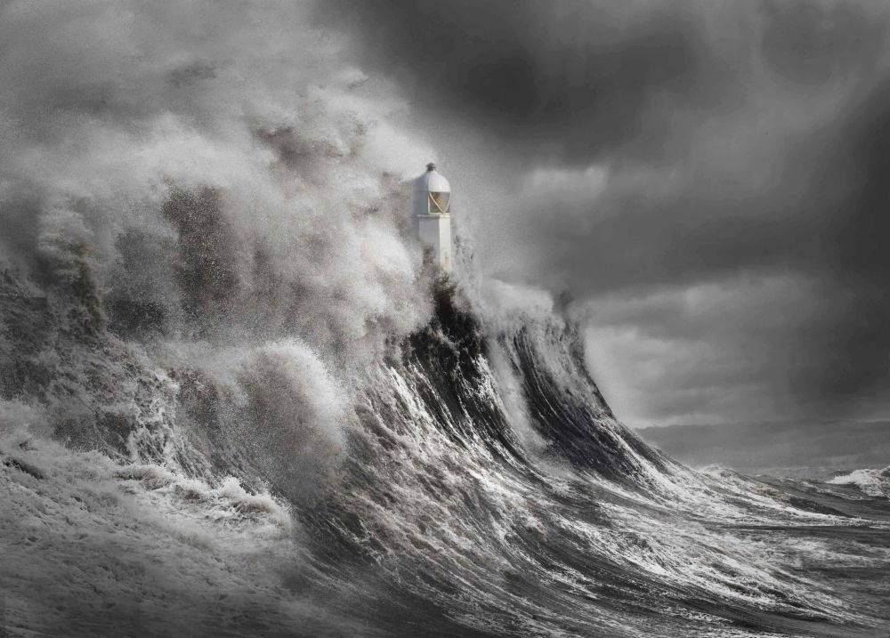 2020风光摄影师大赛Your View类别获奖作品,摄影师Aleks Gjika的作品《Drama at the Lighthouse》。