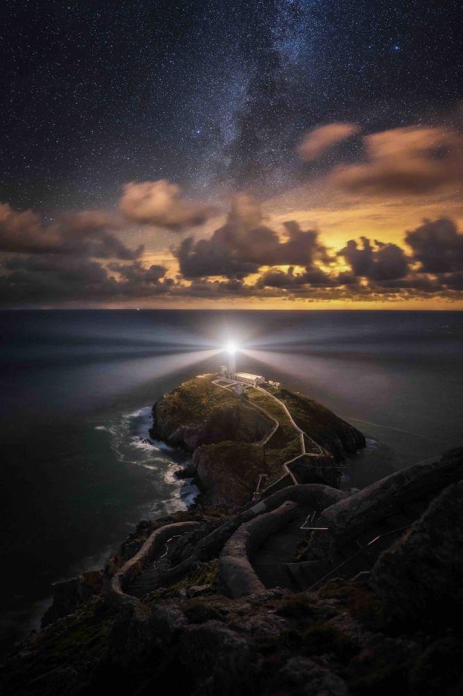 "2020风光摄影师大赛""夜间风景""(Landscapes at Night)类别获奖作品,摄影师Alyn Wallace的《Protector》。"