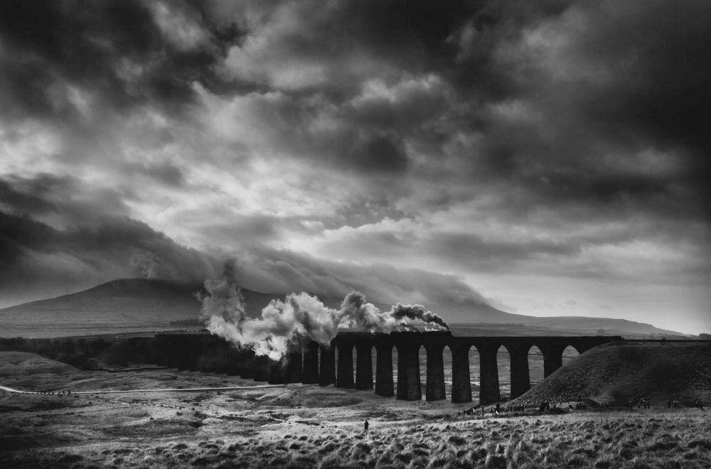 2020风光摄影师大赛Lines类别获奖作品,摄影师Brian Nunn的《Ribblehead》。