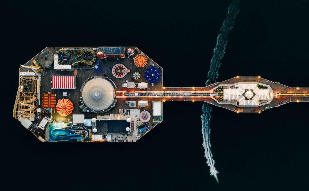 2020风光摄影师大赛Your View类别获奖作品,摄影师Matt Cooper的《Speeding through Brighton Pier》。