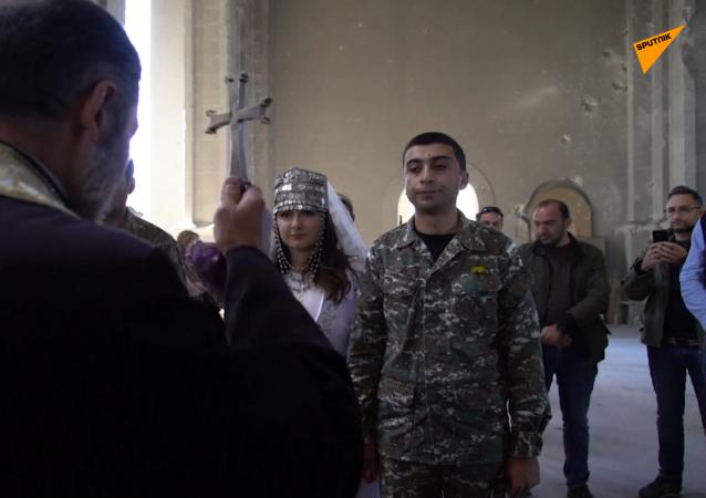 战争时期的爱情:纳卡受损教堂里的婚礼