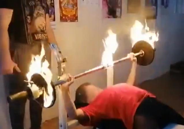 女中学生用燃烧的杠铃创下记录