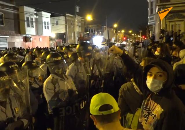 费城抗议群众打砸抢