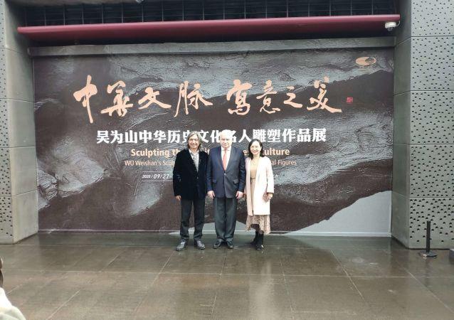俄驻华大使参观吴为山中华历史文化名人雕塑作品展