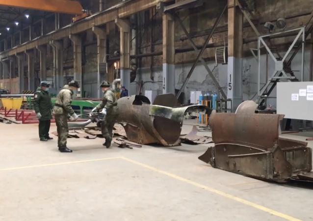 搜索人员用找到的零件修复了伊尔-2攻击机