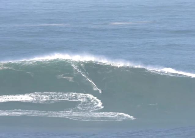 冲浪爱好者聚在纳扎雷等待大浪来袭