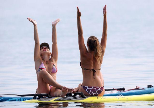 西伯利亚的叶尼塞河。青年人中流行练瑜伽