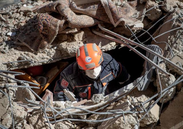 当局:已从土耳其西部地震废墟中救出一百人