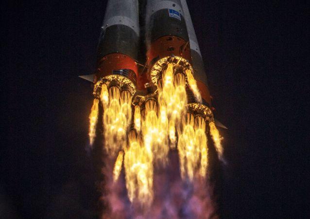"""联盟-2""""火箭搭载第一颗北极气候监测卫星从拜科努尔发射"""