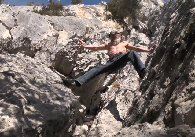 60岁登山者徒手攀岩