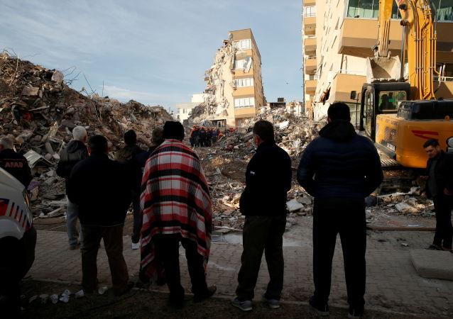 土耳其法院批捕七名伊兹密尔省倒塌民居的施工负责人员