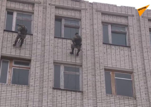 俄侦察兵演练进攻被假想恐怖分子占领的建筑物