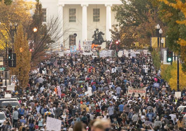 拜登支持者在白宫附近热烈庆祝