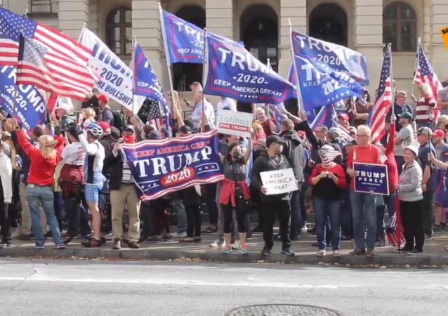 """特朗普支持者不满亚特兰大选举结果 要求""""停止偷窃"""""""