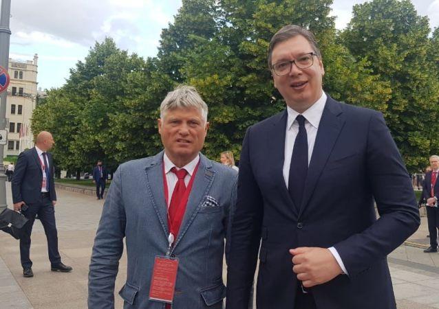 塞尔维亚驻俄罗斯特命全权大使米罗斯拉夫•拉赞斯基(左边)和塞尔维亚总统亚历山大·武契奇