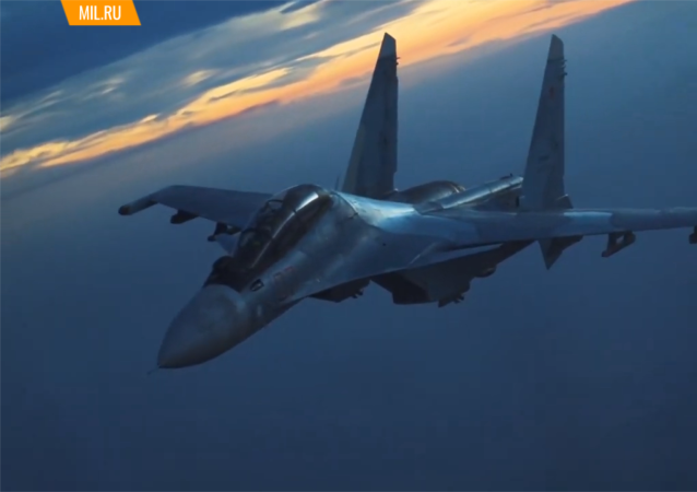 俄空天部队的伊尔-78加油机为战斗机和轰炸机进行昼夜加油