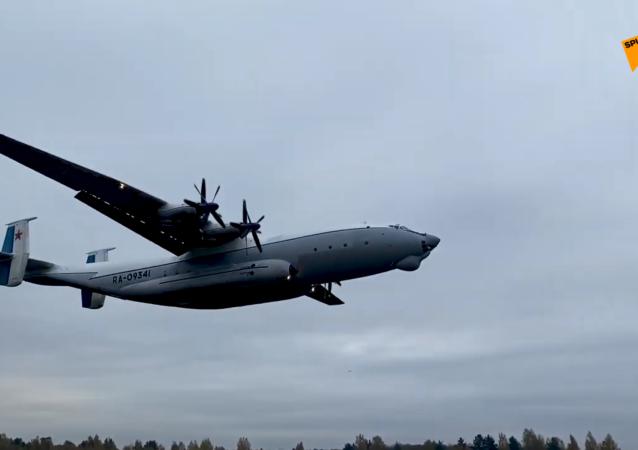 """安-22""""安泰""""在低云条件下飞行"""