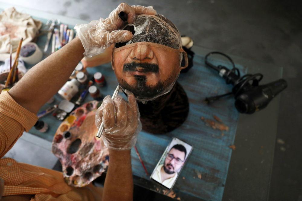 巴西画家豪尔赫•席尔瓦•罗里兹为在给客户的口罩上作画