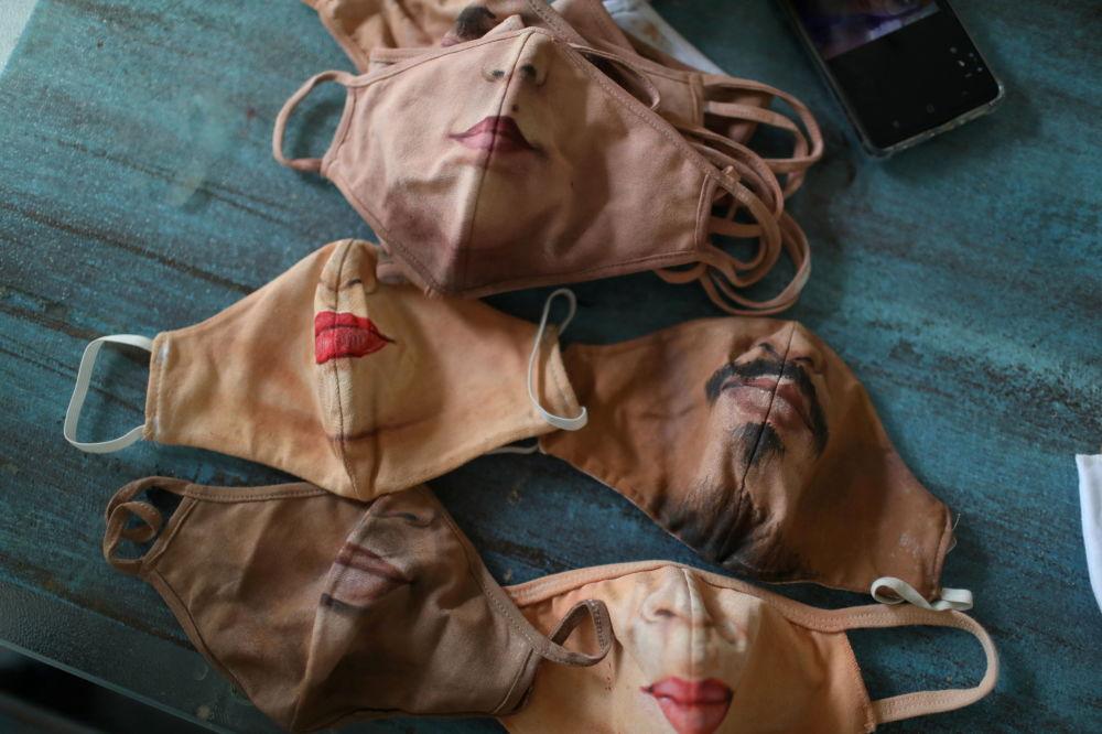 巴西画家豪尔赫•席尔瓦•罗里兹绘制的个性化口罩