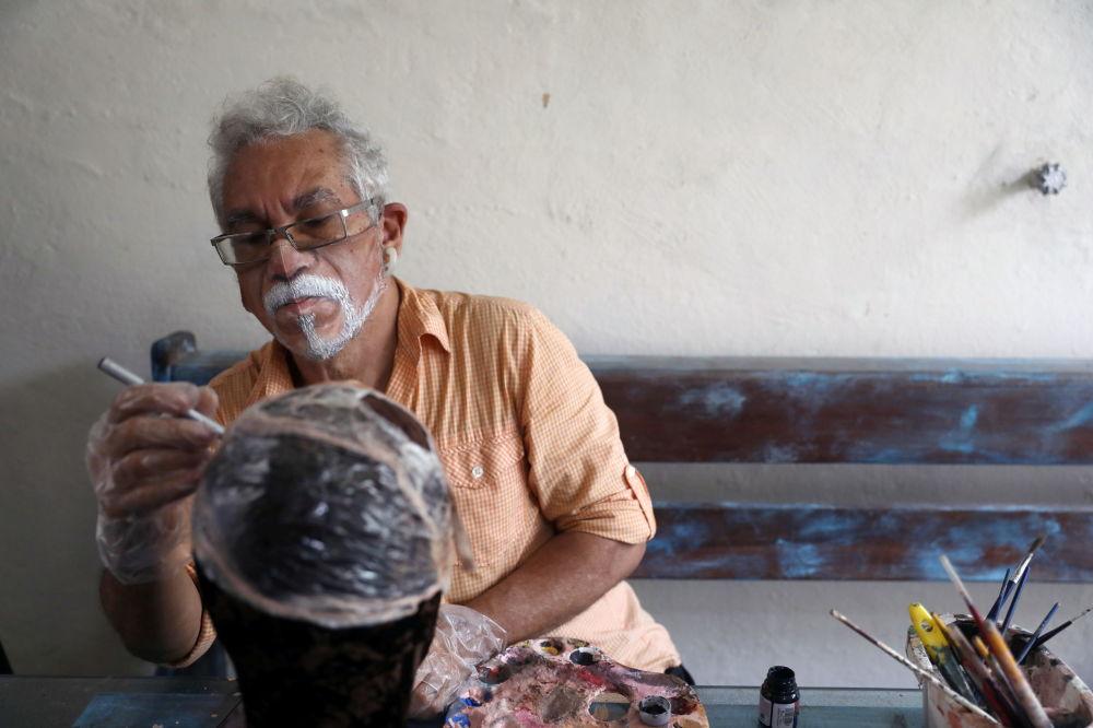 巴西画家豪尔赫•席尔瓦•罗里兹戴着个性化口罩
