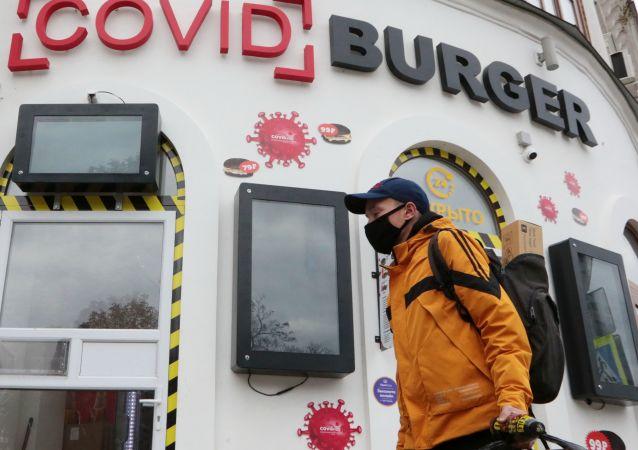 """塞瓦斯托波尔""""新冠汉堡""""小吃店周围的人们"""