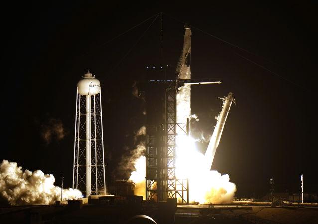 """""""猎鹰9""""号火箭携载有4名宇航员的""""龙""""飞船发射升空"""