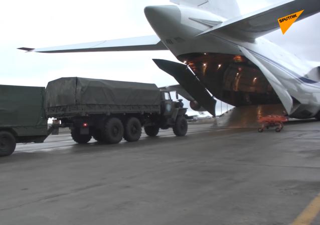 俄维和部队人员和装备抵达埃里温机场