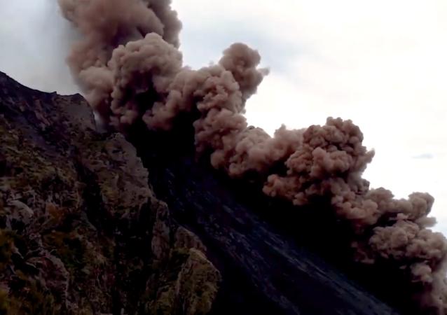 意大利斯特龙博利火山喷发