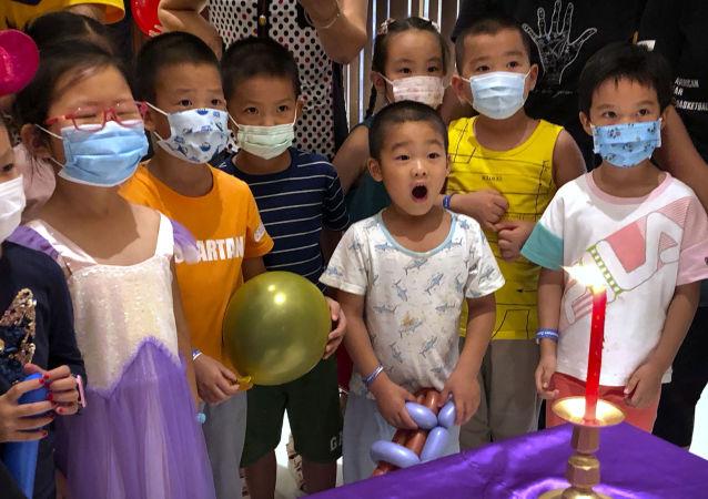 流行病学家介绍新冠病毒新变种对儿童危害