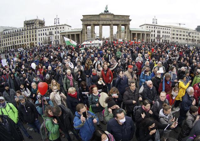 反新冠病毒限制的抗议者在柏林要求放其靠近联邦议院大楼