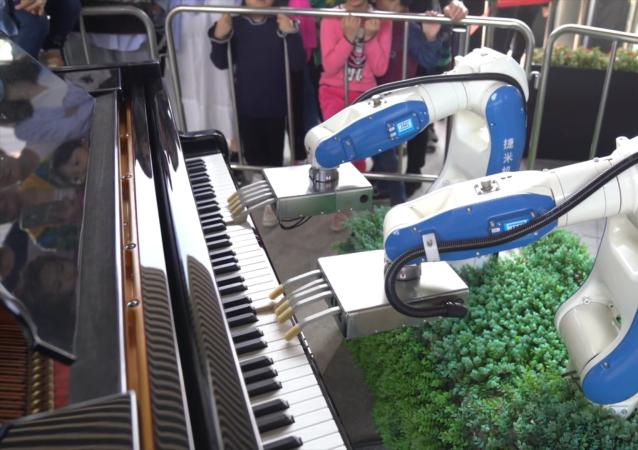 类人机器人弹钢琴