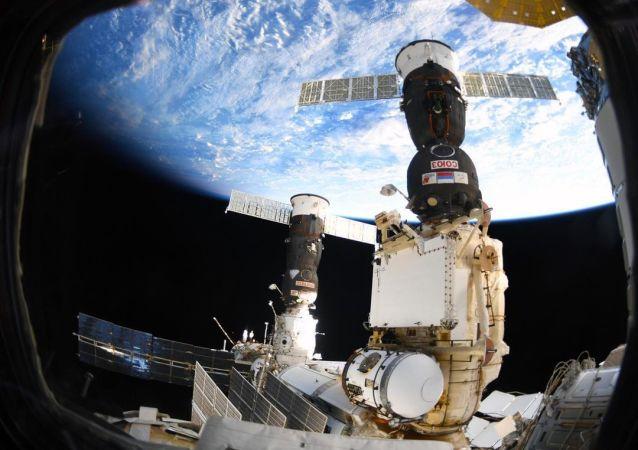 国际空间站出现裂痕可能是微型陨石造成的或者是技术原因