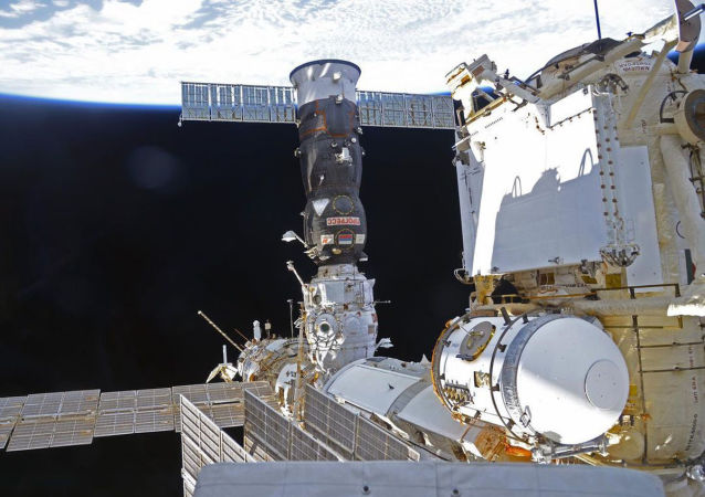 国际空间站考察组人员手动完成进步飞船与空间站的对接
