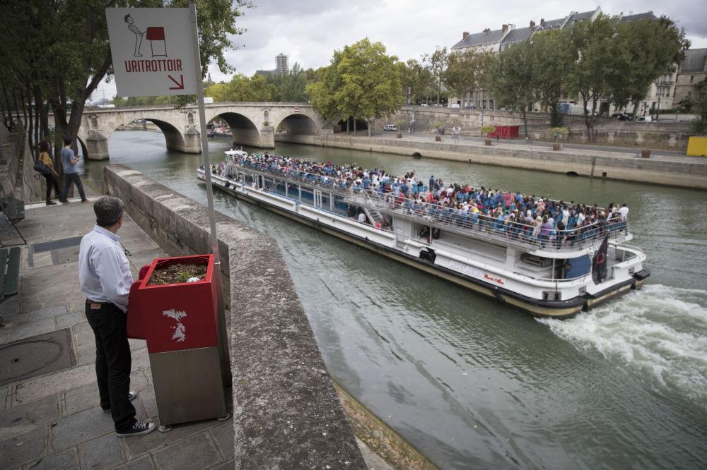 巴黎一条街道上的公共小便池